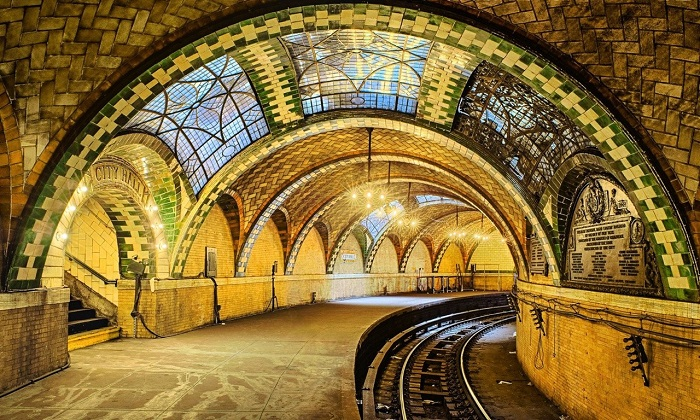 best dating spots in NYC - Old City Hall subway station - The downtown 6 train from Brooklyn Bridge